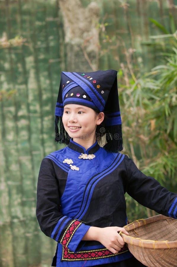 Menina que desgasta Zhuang que veste-se para fazer o trabalho da exploração agrícola fotos de stock royalty free