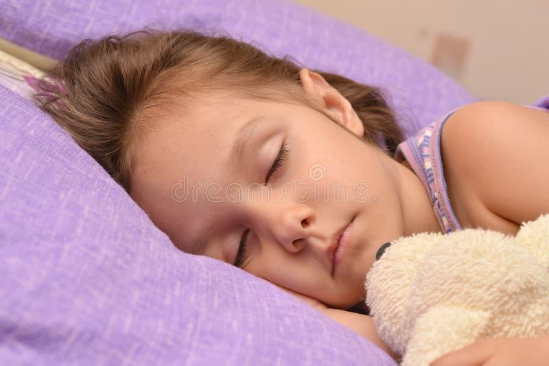 Menina que dorme com brinquedo foto de stock
