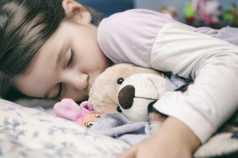 Menina que dorme com segurança fotografia de stock