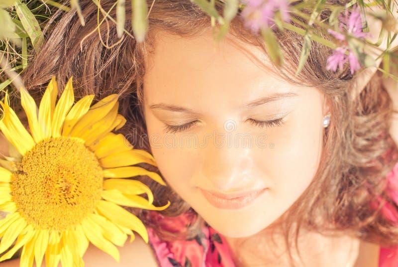 Menina que dorme entre flores fotografia de stock royalty free