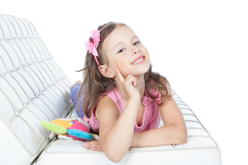 Menina que encontra-se em um sofá foto de stock