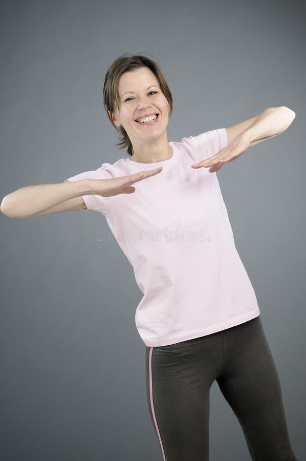 Menina que ensina exercícios aeróbios fotos de stock