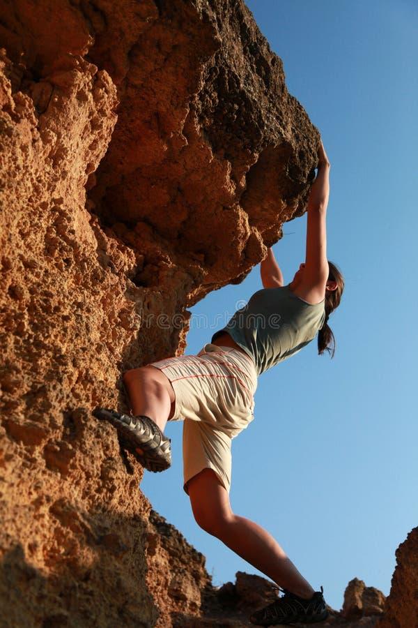 Menina que escala na rocha em ao ar livre fotos de stock royalty free
