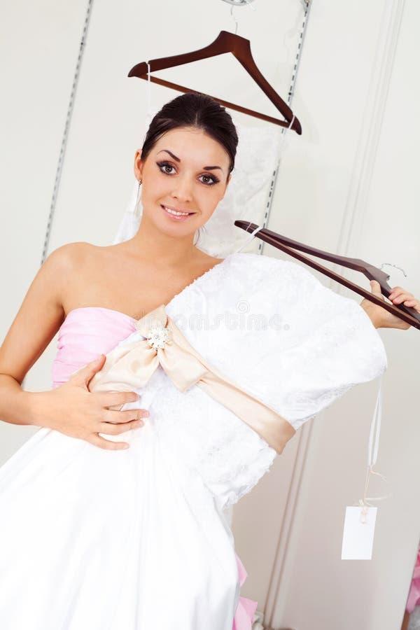 Menina que escolhe um vestido de casamento fotos de stock