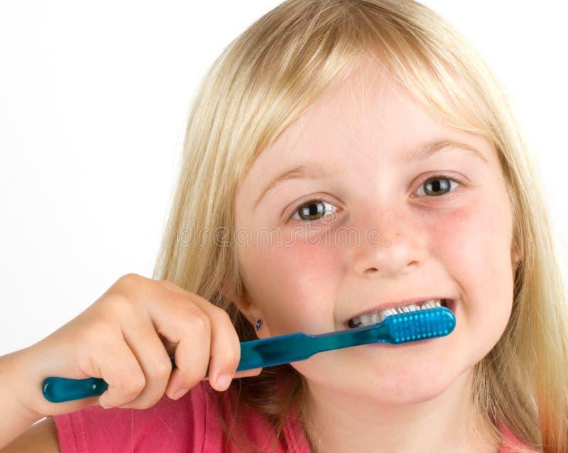 Menina que escova seus dentes imagens de stock royalty free