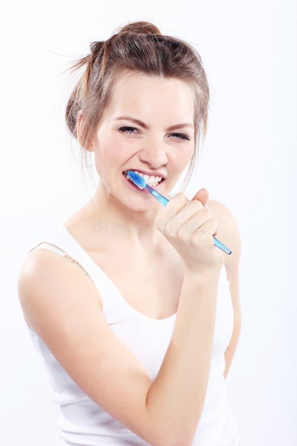 Menina que escova seus dentes imagem de stock royalty free