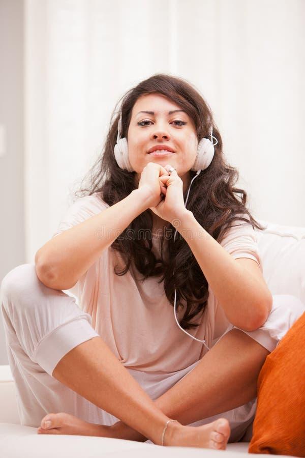 Menina que escuta a música em sua dança da casa fotografia de stock