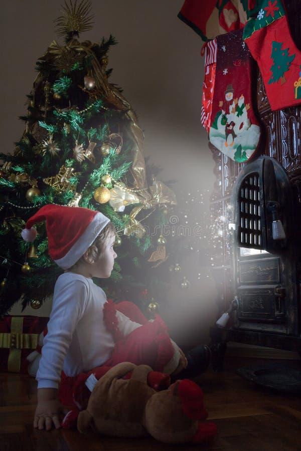 Menina que espera Santa Claus foto de stock royalty free