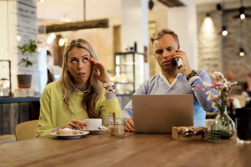 Menina que espera seu homem para parar de falar no telefone foto de stock royalty free