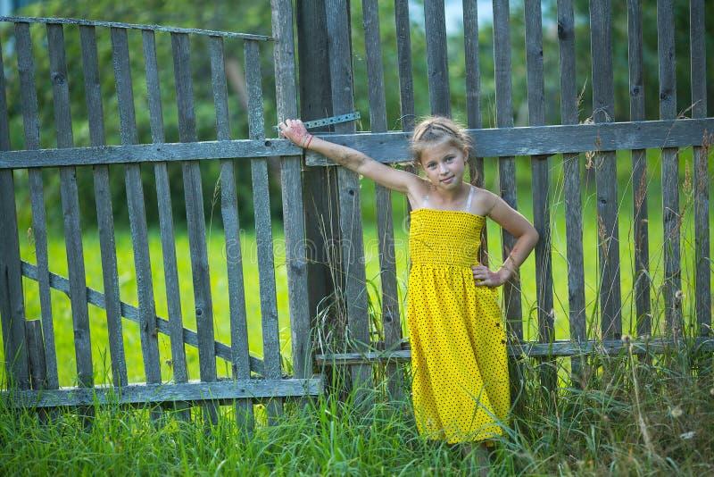 Menina que está a cerca próxima na vila Passeio imagem de stock