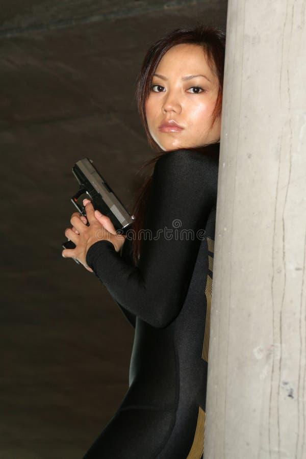 Menina que está com um gun3 foto de stock royalty free