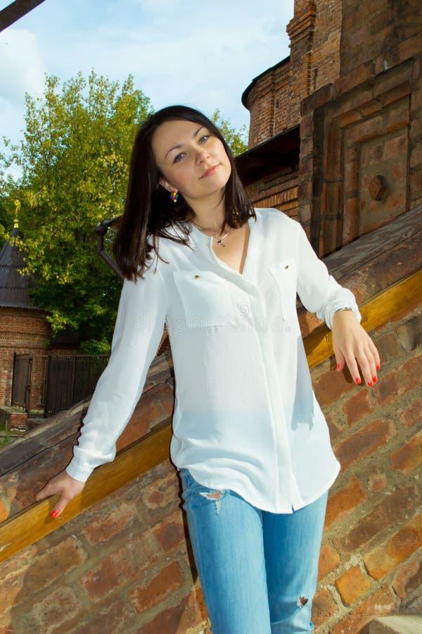 Menina que está nas escadas fotos de stock royalty free