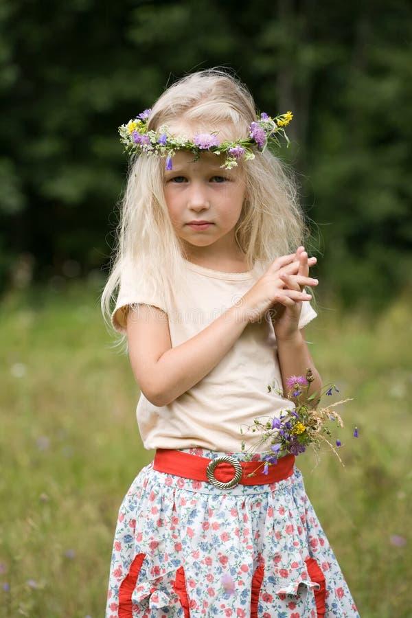 Menina que está no prado fotografia de stock