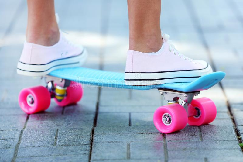 Menina que está no skate fotografia de stock