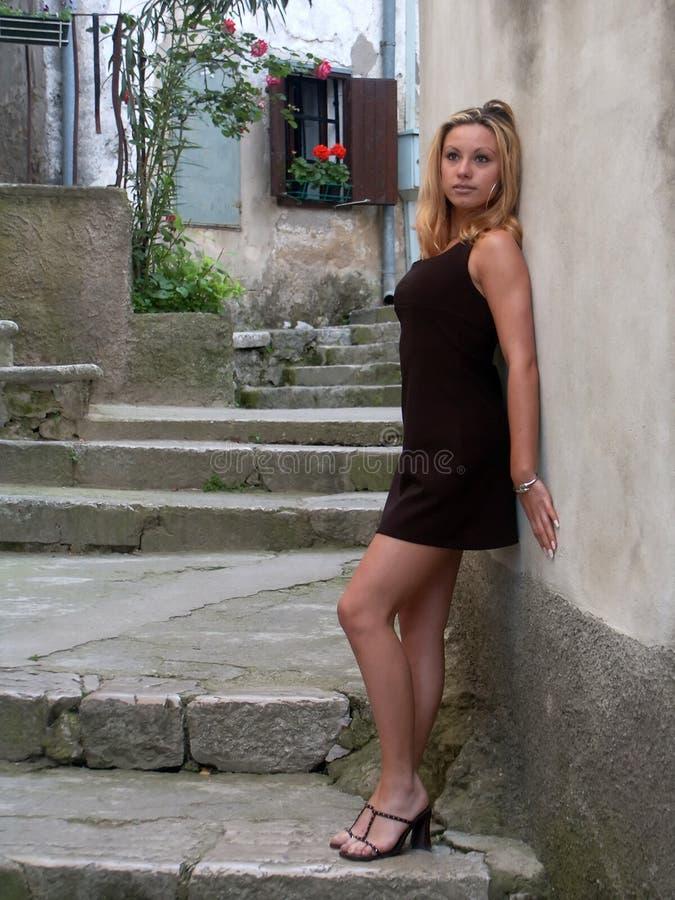 Menina Que Está Pela Parede Fotos de Stock Royalty Free