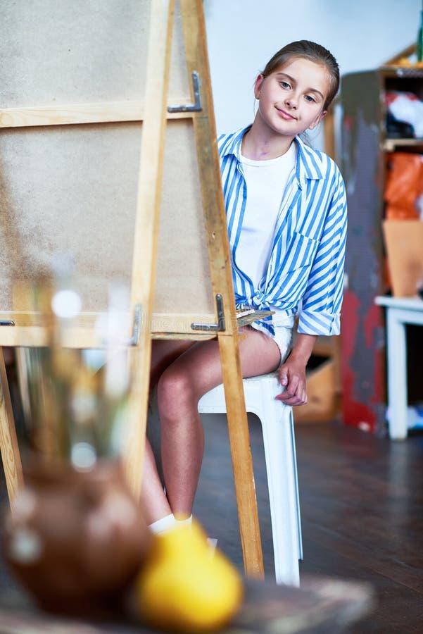 Menina que estuda ainda a vida em Art Class fotos de stock royalty free