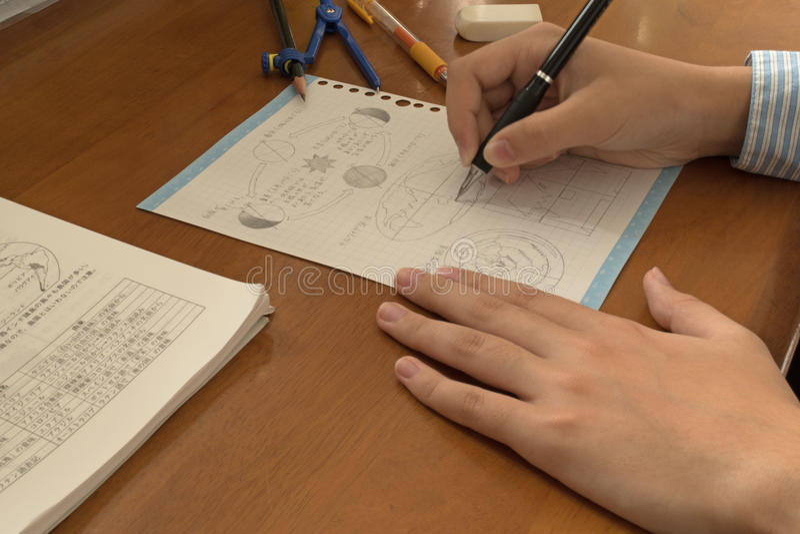 Menina que estuda em casa, fazendo trabalhos de casa imagem de stock