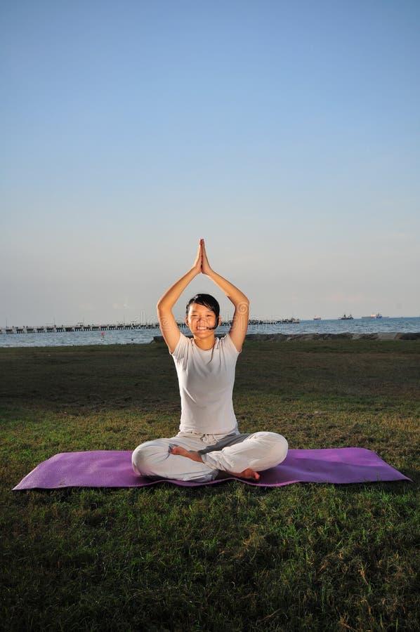 Menina que executa a ioga - 3 fotos de stock royalty free