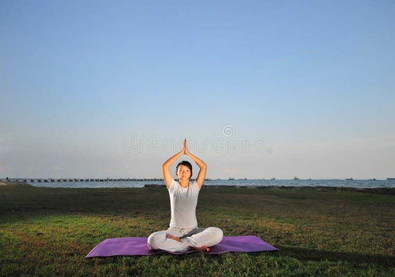 Menina que executa a ioga - 4 foto de stock