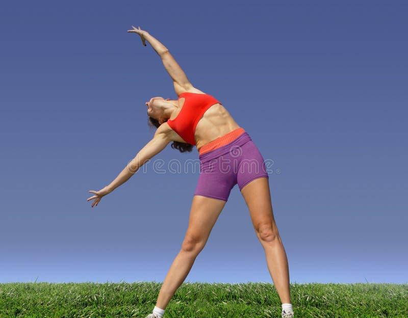 Menina que exercita ao ar livre fotos de stock