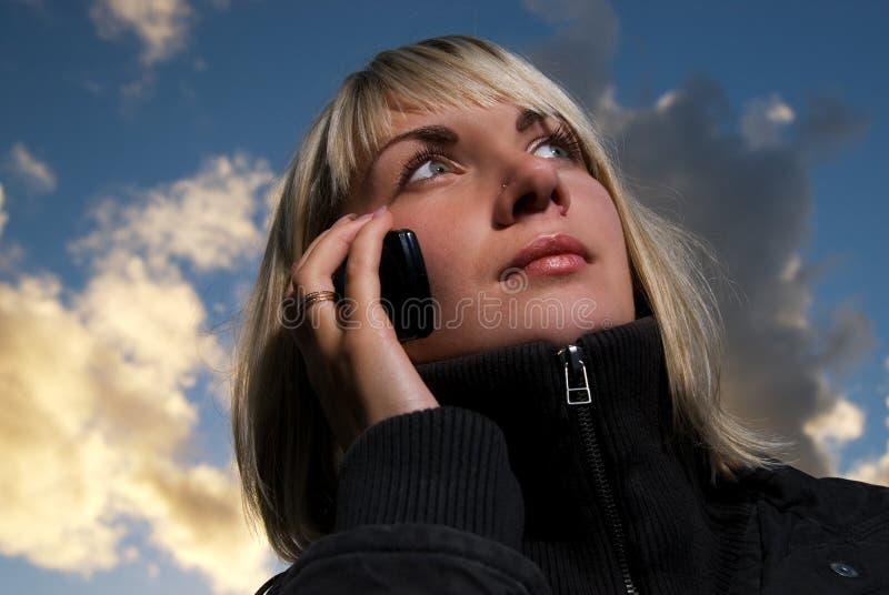 Menina que fala ao telefone imagens de stock royalty free