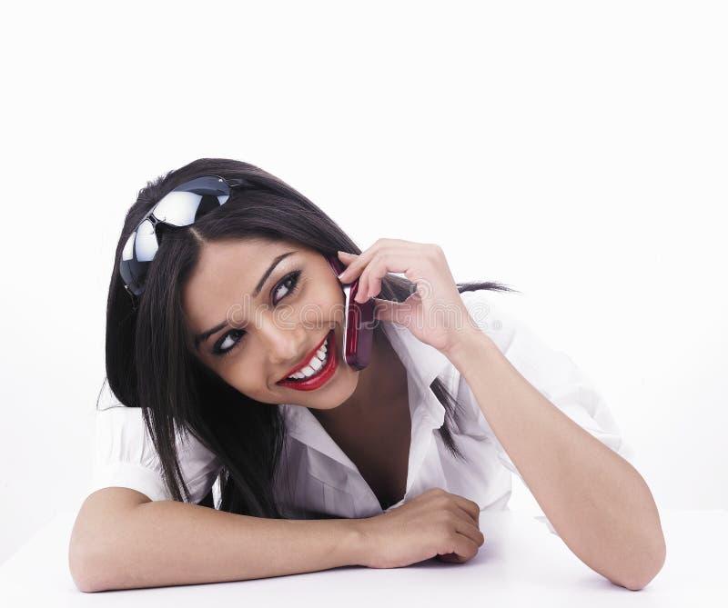 Menina que fala no móbil fotos de stock