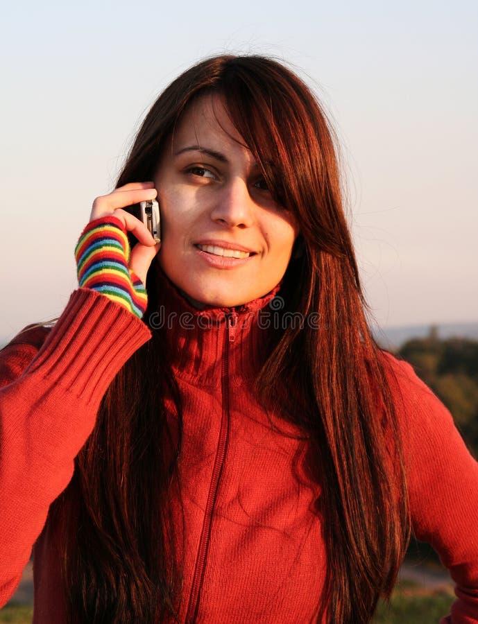 Menina que fala no telefone imagem de stock
