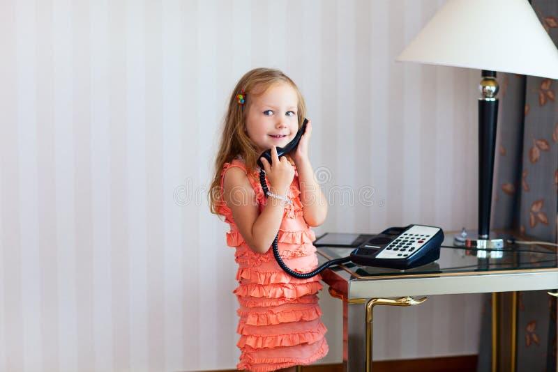 Menina que fala no telefone foto de stock