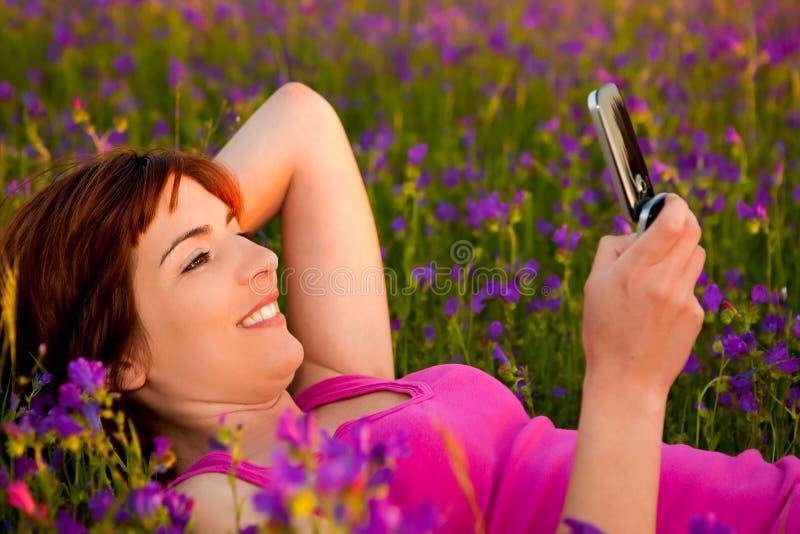 Menina que fala no telemóvel imagens de stock royalty free