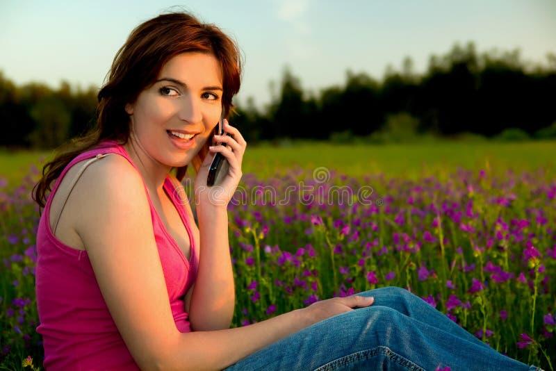Menina que fala no telemóvel fotografia de stock