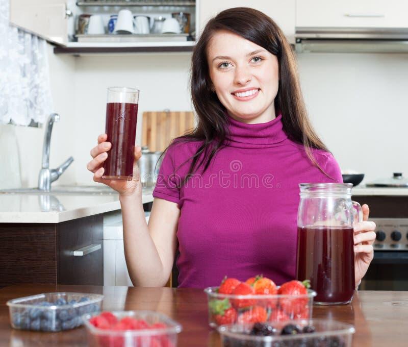 Menina que faz bebidas frescas com bagas imagens de stock
