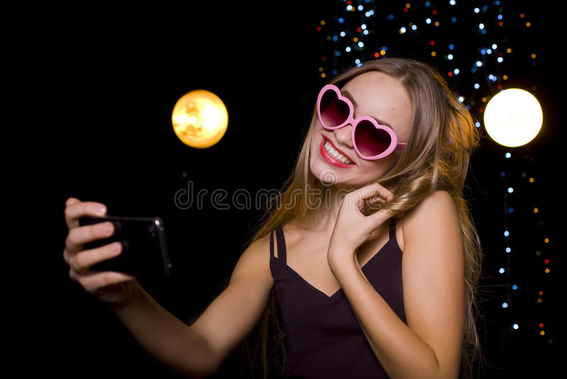 Menina que faz em um selfie do clube noturno imagem de stock royalty free