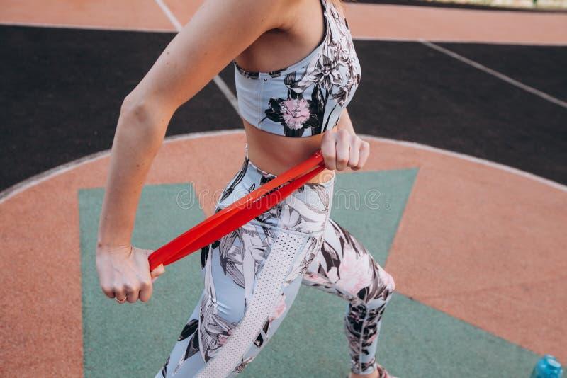 Menina que faz exercícios com um elástico imagens de stock royalty free