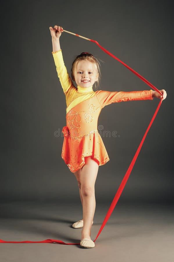 Menina que faz a ginástica com fita fotografia de stock