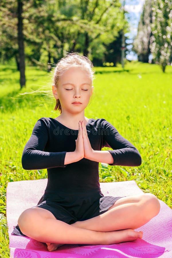 Menina que faz a ioga imagens de stock royalty free