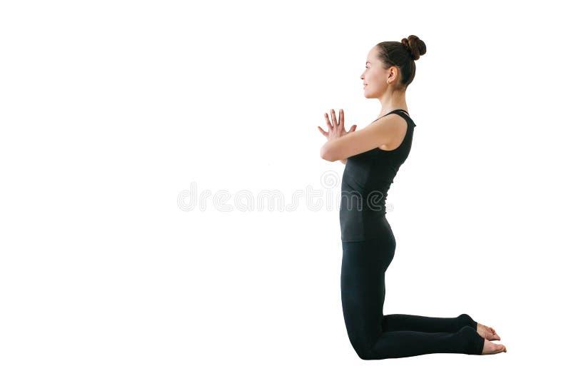 Menina que faz a ioga isolada no fundo branco imagens de stock royalty free