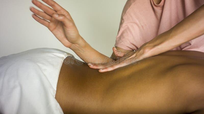 Menina que faz massagens a parte traseira do noivo fotografia de stock