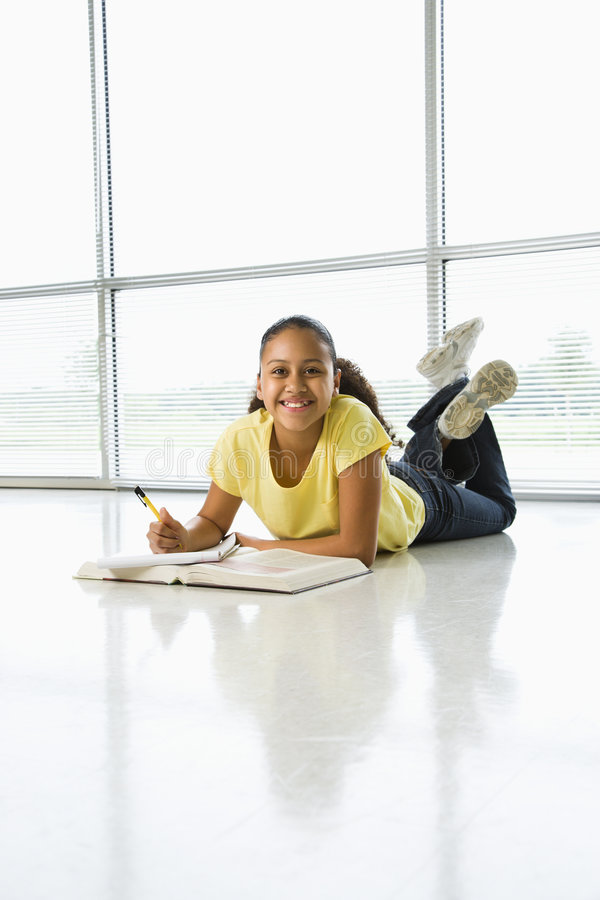 Menina que faz o schoolwork. imagem de stock