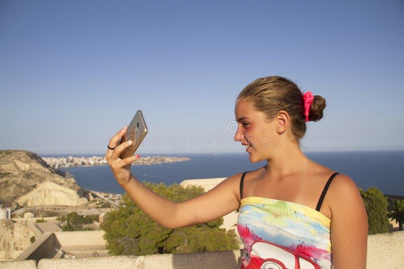 Menina que faz o selfie imagens de stock royalty free