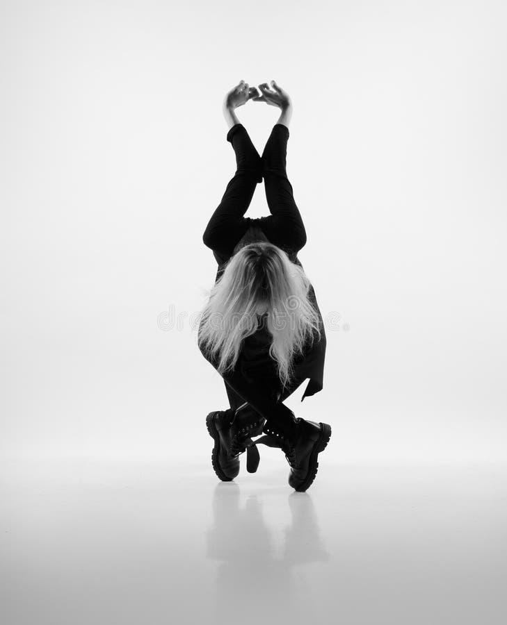 Menina que faz poses geométricas foto de stock