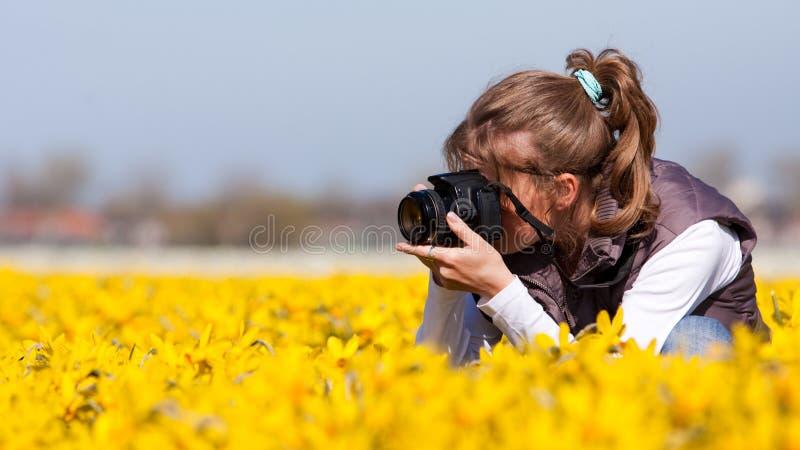 Menina que faz retratos das flores imagens de stock royalty free