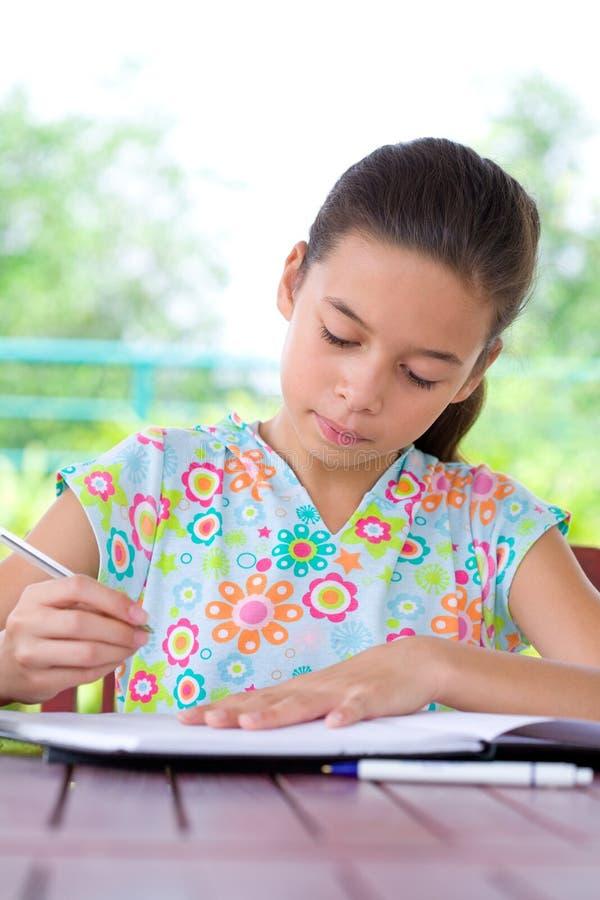 Menina que faz seus trabalhos de casa. fotos de stock royalty free