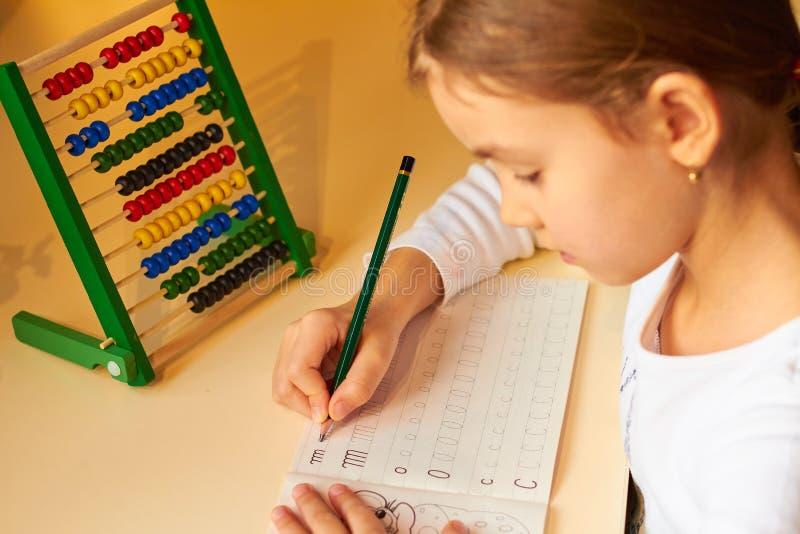 Menina que faz seus trabalhos de casa da escola imagem de stock royalty free