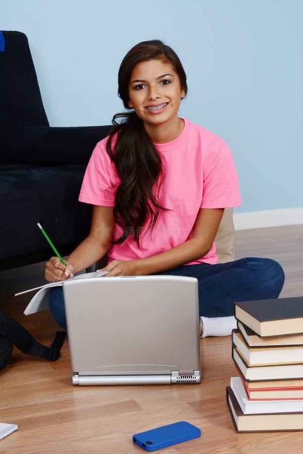 Menina que faz trabalhos de casa fotografia de stock royalty free