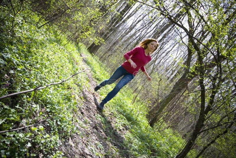 Menina que funciona na floresta foto de stock