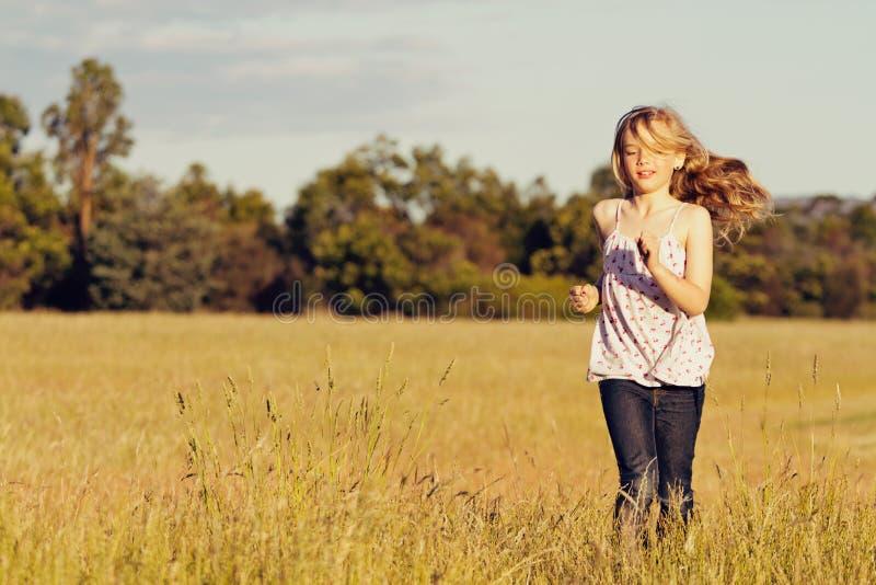 Menina que funciona no prado, liberdade imagens de stock royalty free