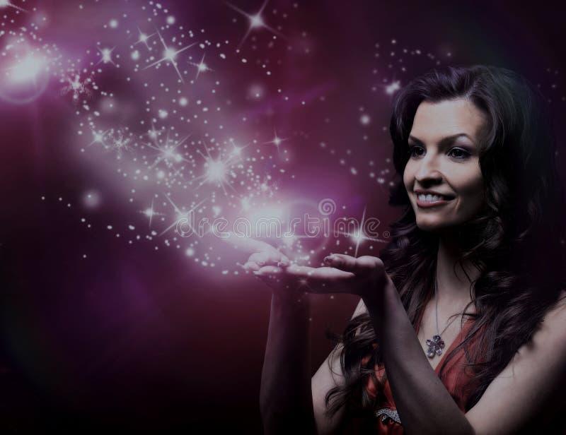 Menina que funde estrelas mágicas imagens de stock royalty free
