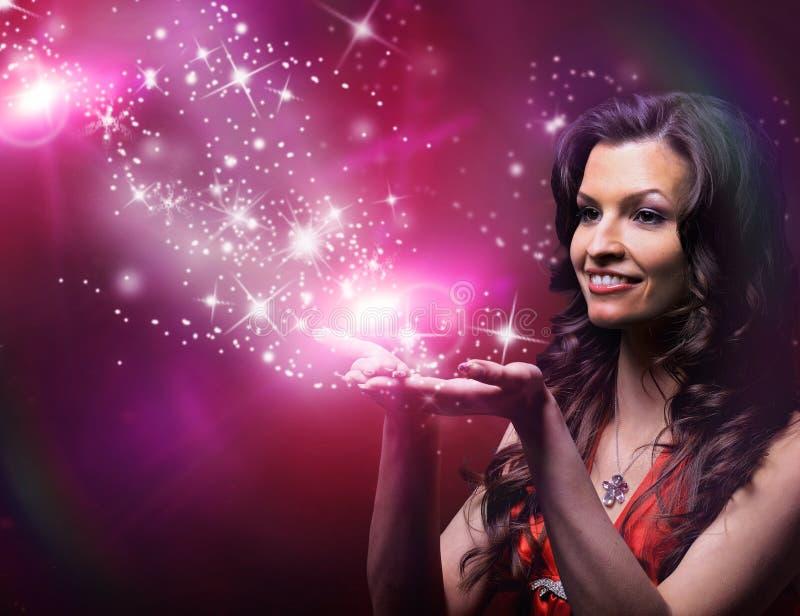 Menina que funde estrelas mágicas imagens de stock