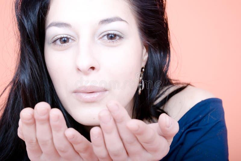 Menina que funde um beijo foto de stock