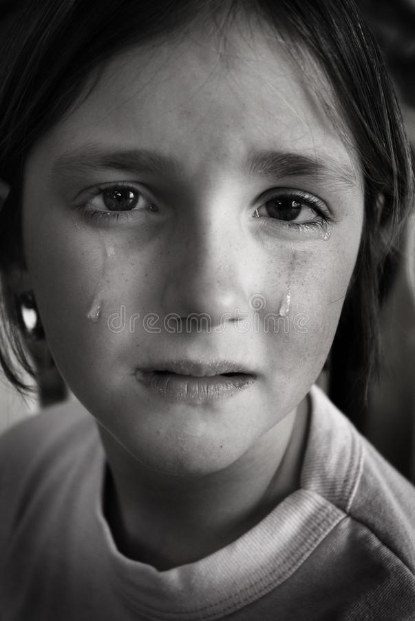 Menina que grita com os rasgos na queda do mordente da cara fotos de stock